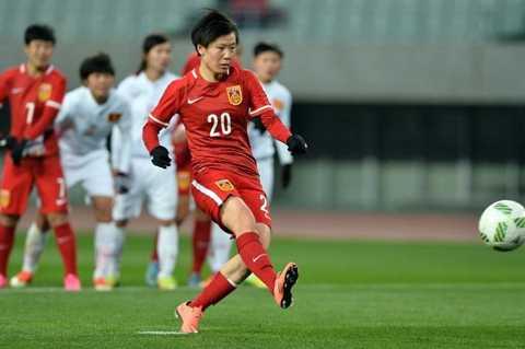 Zhang Rui ấn định chiến thắng 2-0 cho Trung Quốc từ chấm 11m.