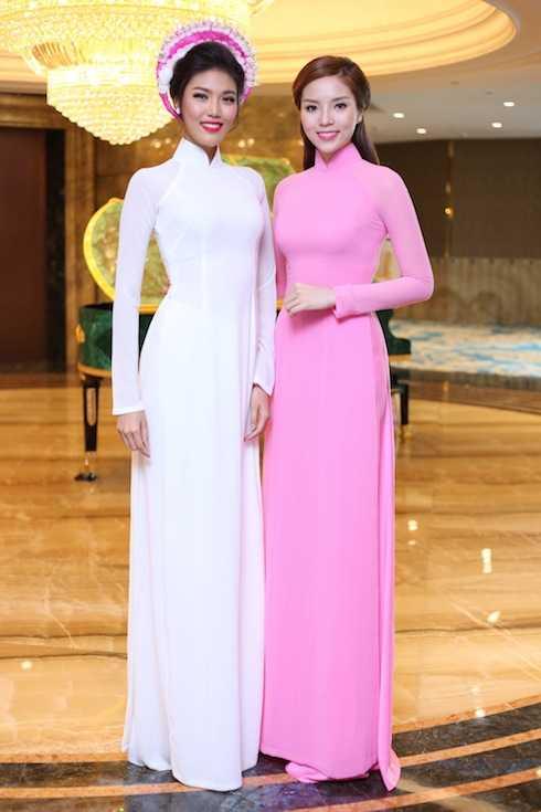 Trong sự kiện sáng nay, Hoa hậu Việt Nam 2014 đã có dịp hội ngộ với top 11 Miss World 2015 Lan Khuê. Đây là lần gặp gỡ hiếm hoi của hai người đẹp. Lan Khuê đảm nhận vai trò Đại sứ Áo dài quốc tế.