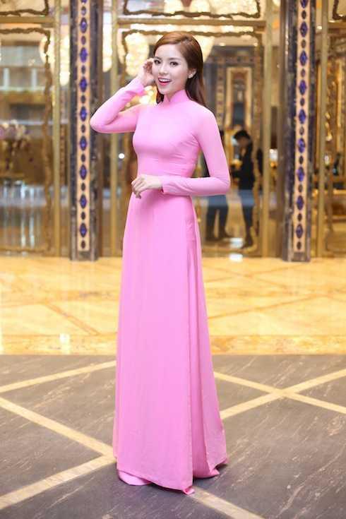 Cả hai người đẹp đều xuất hiện với vẻ rạng rỡ trong trang phục truyền thống, trong đó, Kỳ Duyên mặc áo dài hồng nhạt của NTK Thuận Việt. Chiếc áo dài giản dị nhưng vẫn làm toát lên vẻ dịu dàng, trẻ trung của Hoa hậu 19 tuổi.