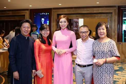 Nhan sắc gốc Nam Định cũng cảm thấy rất vinh dự khi được ngồi ghế nóng cùng nhà thiết kế Sỹ Hoàng và nhiếp ảnh gia Phạm Hoài Nam trong cuộc thi Duyên dáng Áo dài.