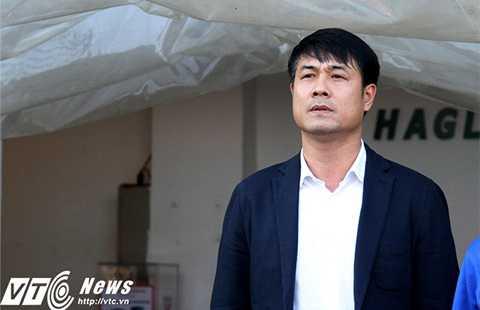HLV Hữu Thắng có mặt trên sân Pleiku cuối tuần qua (Ảnh: Hoàng Tùng)