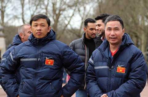 HLV Dương Minh Ninh (trái) khi đang là trợ lý cho HLV Graechen ở U19 Việt Nam