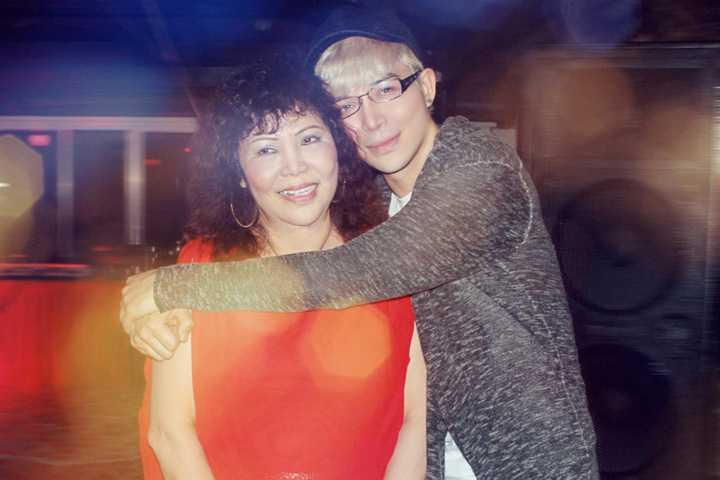 Bận rộn với lịch làm việc dày đặc, Nathan Lee vẫn bất ngờ xuất hiện trong đêm sinh nhật của mẹ anh khiến bà thật sự xúc động.
