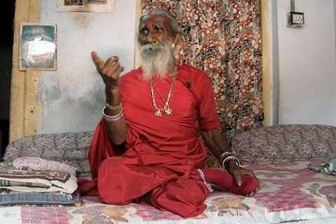 """Prahlad Jani, được biết đến là Mataji   Sadhu của Ấn Đkhôộ, """"nổi tiếng"""" vì không cần ăn uống vẫn có thể sống   khỏe. Jani khẳng định rằng, ông vẫn sống dù không ăn uống từ năm 1940."""