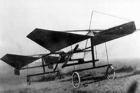 Anh em nhà Wright được cho là   những người đầu tiên chế tạo máy bay. Tuy nhiên, một số người cho rằng,   Shivkar Bapuji Talpade có thể là người đầu tiên làm việc này ở Ấn Độ.   Shivkar được cho là đã chế tạo và bay thử nghiệm chiếc phi cơ không   người lái MarutShakha vào năm 1895.