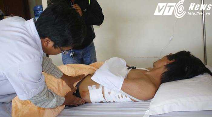 Văn Pho đang được điều trị tại bệnh viện (Ảnh: Hoàng Tùng)