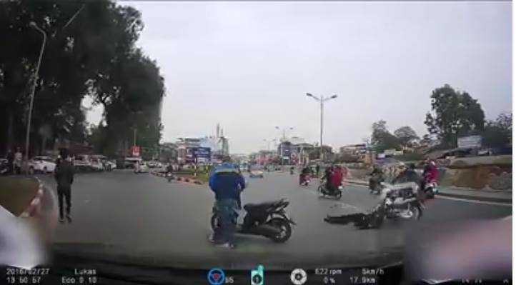 Nam thanh niên lái xe đâm thẳng vào chiến sỹ cảnh sát cơ động