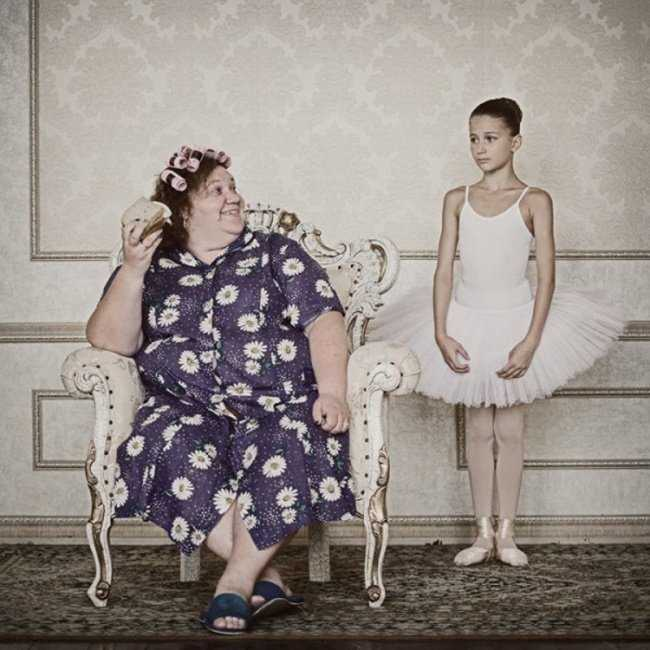 Cô bé này đang trở thành một vũ công ba-lê vì mẹ cô chưa bao giờ đủ can đảm để làm điều đó.