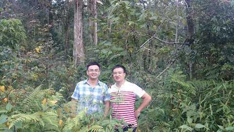 Dược sĩ   Phan Văn Hiệu và Dược sĩ Nguyễn Trường Thành trong 1 lần đi tìm cây   thuốc cùng lương y tại xã Y Tí, huyện Bát Xát, tỉnh Lào Cai.