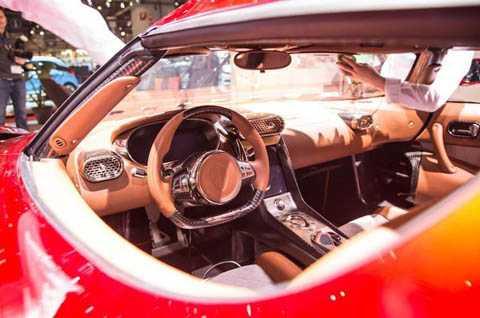 Không chỉ sang trọng hơn những mẫu Koenigsegg khác từng được sản xuất, nội thất của Regera còn có được vẻ đẹp vừa hiện đại, vừa cổ điển.