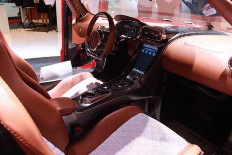 Tông màu nâu ấm cúng cùng các chi tiết nhôm CNC chính xác được sử dụng trong nội thất của xe. Thậm chí, Regera còn có hệ thống thông tin giải trí hiện đại với kết nối iPhone CarPlay của Apple.
