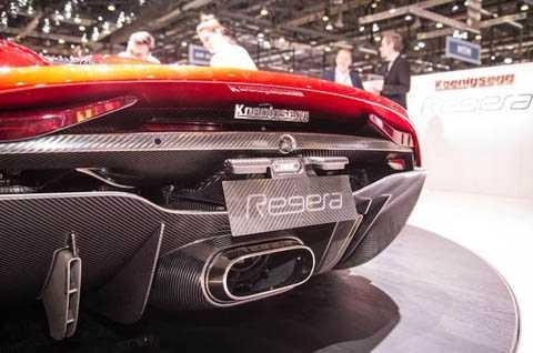 Để cung cấp năng lượng cho 3 động cơ điện của hệ thống KDD, một bộ pin 4,5 kWh, 800V đã được trang bị cho xe. Nhờ có hệ động lực đỉnh cao, Regera có thể tăng tốc từ 0-100 km/h chỉ trong 2,8 giây, 150-200 km/h trong 3,2 giây và 0-400 km/h trong 20 giây.