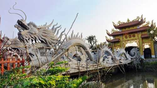 Công trình nhà thờ tổ của nghệ sĩ Hoài Linh nằm trên khu đất rộng cả ngàn mét vuông ở ngoại ô Sài Gòn với kinh phí ước tính hàng chục tỷ đồng vừa bị tạm dừng thi công do xây dựng công trình trên đất nông nghiệp, không có giấy phép xây dựng.