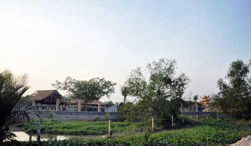 Nhà thờ tổ của nghệ sĩ Hoài Linh được xây dựng ở phường Long Phước, quận 9, TP.HCM vừa bị cơ quan chức năng có quyết định tạm bị đình chỉ thi công và xử phạt hành chính.