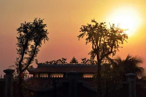 Khung cảnh nhà thờ tổ của Hoài Linh khi chiều hoàng hôn buông xuống.