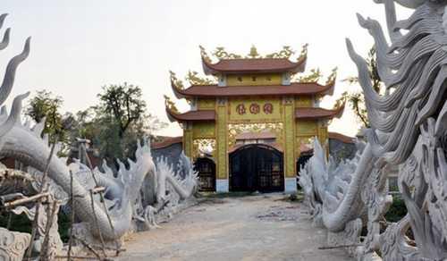 Nhà thờ tổ của nghệ sĩ Hoài Linh được xây dựng ở phường Long Phước, quận 9, TP.HCM vừa bị cơ quan chức năng có quyết định tạm bị đình chỉ thi công và xử phạt hành chính đang thu hút sự chú ý của dư luận lẫn giới nghệ sĩ.
