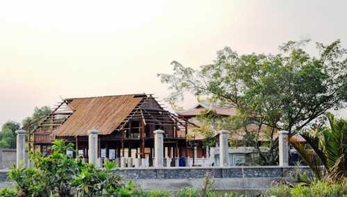 Theo người dân địa phương, năm 2015 nghệ sĩ Hoài Linh cho san lấp lại khu đất này, sau đó khởi công xây dựng nhà thờ tổ sau đó bị tạm đình chỉ thi công vì xây dựng xây dựng công trình trên đất nông nghiệp, không có giấy phép xây dựng.