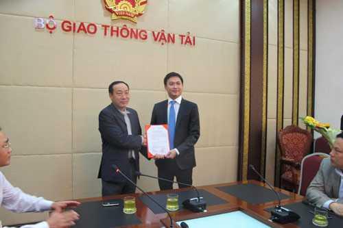 Thứ trưởng Nguyễn Hồng Trường trao quyết định bổ nhiệm cho ông Nguyễn Xuân Ảnh - Ảnh: Vietnamnet