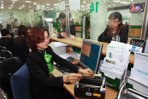 Khách hàng giao dịch tại Ngân hàng TMCP Ngoại thương Việt Nam. Ảnh: Hải Anh