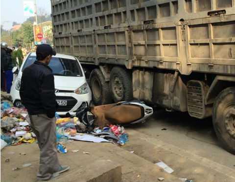 Vụ tai nạn khiến 1 người bị thương, nhiều phương tiện hư hỏng. Ảnh:Facebook