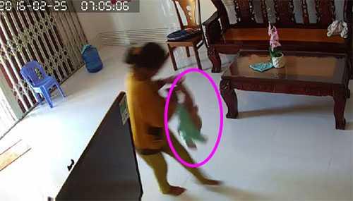 Người phụ nữ dốc ngược đầu em bé xuống nền nhà