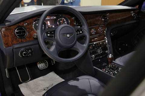 Ở hàng ghế trước, nội thất của Mulsanne Grand Limousine không có gì khác biệt so với các phiên bản thường.
