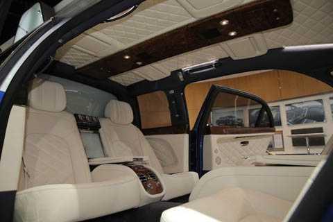 Với Mulsanne Grand Limousine, lần   đầu tiên Bentley cũng đã trang bị cho xe kính đổi màu ngăn cách giữa   khoang hành khách và người lái, Xe sở hữu những trang bị xa hoa như   những chi tiết ốp gỗ thủ công, iPad, hệ thống điều hòa mới hay tủ lạnh   đựng rượu champaigne ở giữa hai hàng ghế sau.