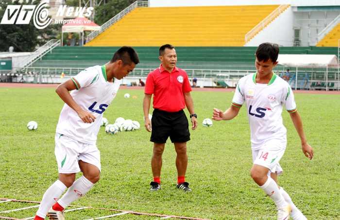HLV Lư Đình Tuấn (áo đỏ) đang tích cực cùng toàn đội TP.HCM chuẩn bị cho giải Hạng Nhất 2016 (ảnh: Hoàng Tùng)