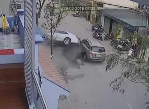Chiếc Camry đâm vào gốc cây và va chạm với một ô tô khác sau khi tông 3 người tử vong.