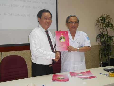 Ông Huỳnh Uy Dũng và Giám đốc BV Nhi Đồng 1 ký cam kết, thỏa thuận Chương trình