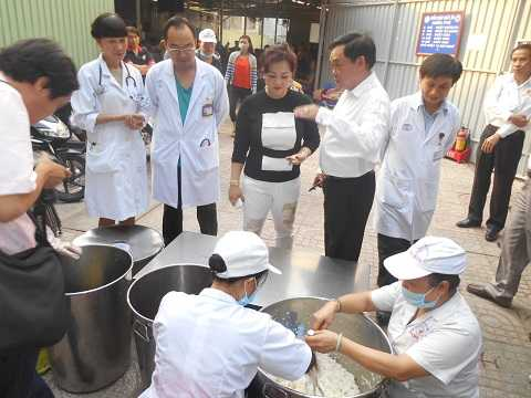 Ông Huỳnh Uy Dũng và bà Nguyễn Phương Hằng đến thăm bếp từ thiện BV Chợ Rẫy. Dự kiến vợ chồng đai gia này sẽ tài trợ hàng chục ngàn suất ăn/ngày cho các bệnh viện tại TP.HCM. Ảnh: Hằng Hà