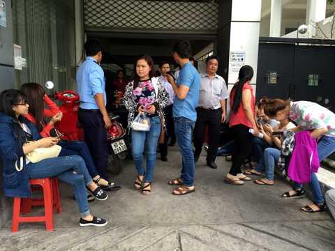 Hơn 100 nhân viên vây trụ sở công ty để đòi nợ lương.