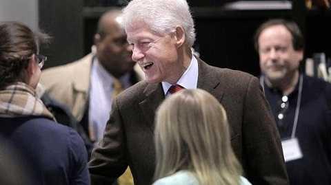 Ông Bill Clinton trò chuyện với mọi người trong điểm bầu cử tại Newton, bang Massachusetts ngày 1-3 - Ảnh: Boston Globe