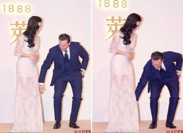 Khi Băng Băng bị vướng giày vào đuôi váy, vị giám đốc liền cúi xuống chỉnh lại giúp cô.