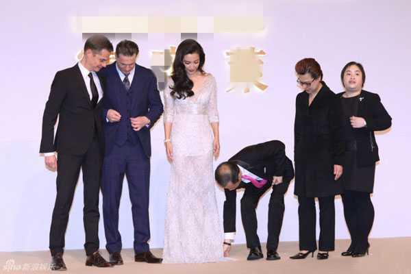 Ông không ngần ngại kéo váy cho Băng Băng.