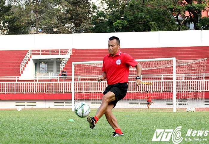 HLV Lư Đình Tuấn đang quyết tâm giúp CLB TP.HCM thăng hạng V-League 2017 (ảnh: Hoàng Tùng)