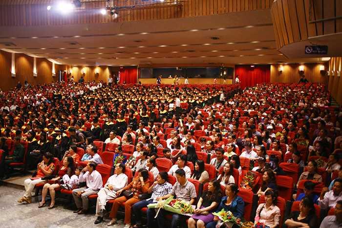 Hàng nghìn người có mặt tại Lễ tốt nghiệp.