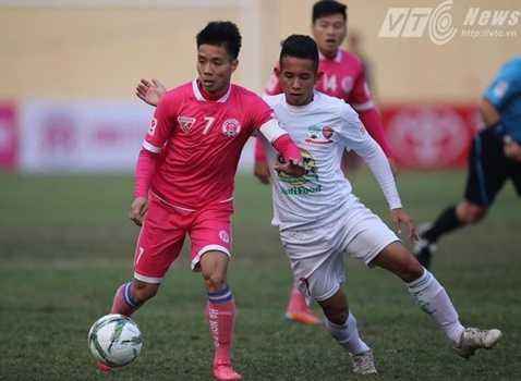Hà Nội FC (hồng) đang gặp khó khăn trong việc tìm chỗ đứng trong lòng người hâm mộ thủ đô.