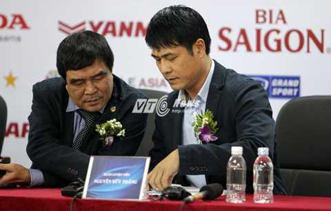 Phó chủ tịch Nguyễn Xuân Gụ và HLV Nguyễn Hữu Thắng (Ảnh: Hà Thành)