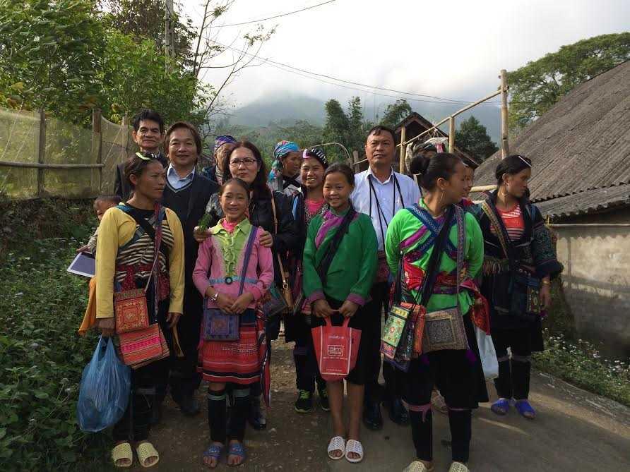 Ông Hùng (thứ 3 từ phải qua) trong chuyến thăm Sapa