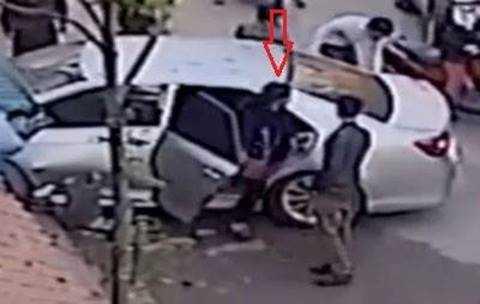 Sau khi xuống xe người phụ nữ chạy lại giật máy quay của các nhân chứng