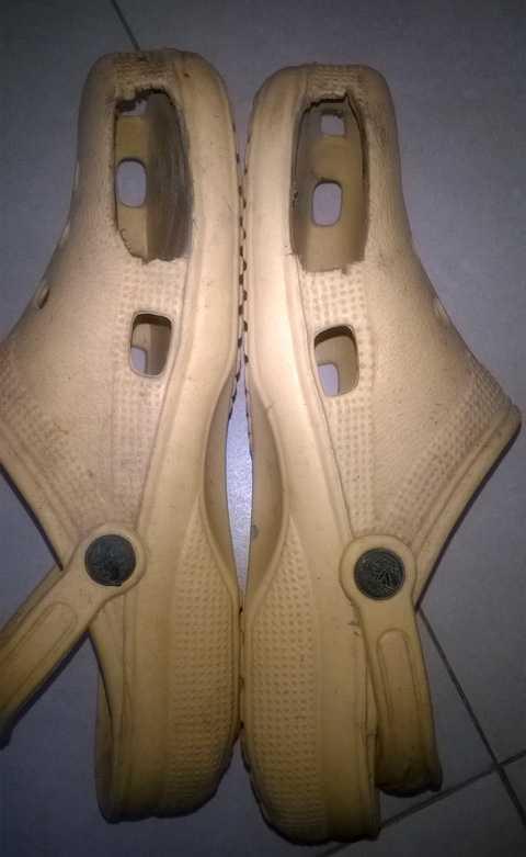 Đôi dép ngoại cỡ của cụ Phương phải đục hai bên để thò ngón chân cái ra mới đi được
