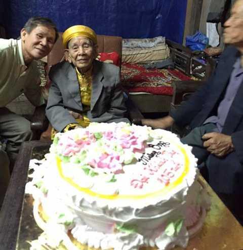 Con cháu vừa tổ chức sinh nhật mừng cụ sang tuổi 105