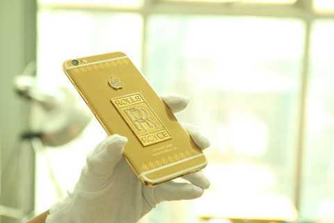 Được biết, Royal Gold & Karalux   tại Việt Nam là hãng chuyên độ vàng cho siêu xe và điện thoại cũng như   các đồ chơi xa xỉ khác. Hãng đã độ nhiều các loại xe như; BMW, Mercedes,   SH, Ducati... và gần đây nhất là siêu xe sang Rolls-Royce và mẫu điện   thoại kể trên.