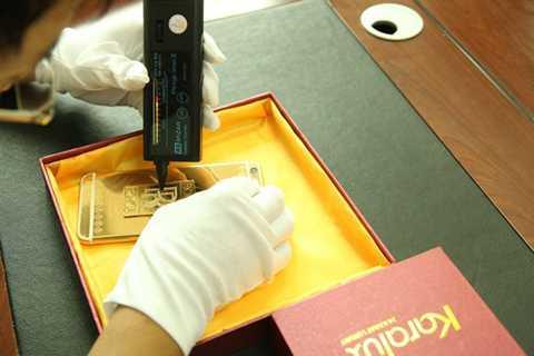 Theo kỹ sư thực hiện công việc   chế tác cho biết, sản phẩm này sử dụng công nghệ mạ vàng tráng gương mới   nhất. Toàn bộ các chi tiết như khay SIM, nút bấm của máy đều được phủ   một lớp vàng tráng gương bóng bẩy.