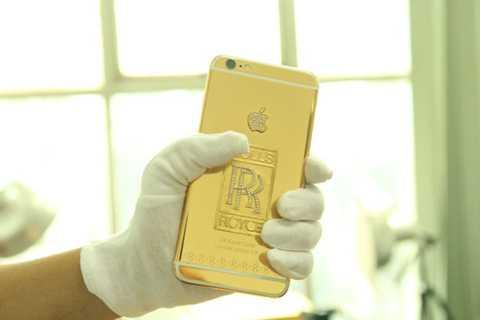 Việc sở hữu những chiếc điện   thoại mạ vàng và đính kim cương mang phong cách siêu xe không phải là   mới, trên thế giới cũng đã có nhiều người thường