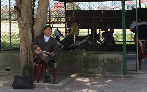 Người đàn ông này cho biết đã ngồi chờ ông Tráng - Phó Chủ tịch UBND phường Hưng Dũng từ 10 giờ 30. Đầu giờ chiều khi phóng viên quay lại thì vẫn thấy ông tay ôm hồ sơ đứng chờ ở cổng phường này