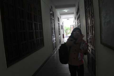 Cô gái trẻ lưng mang cặp, tay ôm hồ sơ lên UBND TP Vinh rồi ra về vì lãnh đạo đã nghỉ