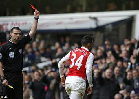 Francis Coquelin đẩy Arsenal vào tình thế khó sau khi nhận thẻ đỏ