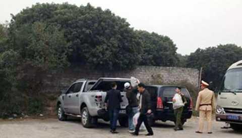 Lực lượng chức năng thu giữ tang vật vụ đánh bạc. Ảnh: Báo Quảng Ninh